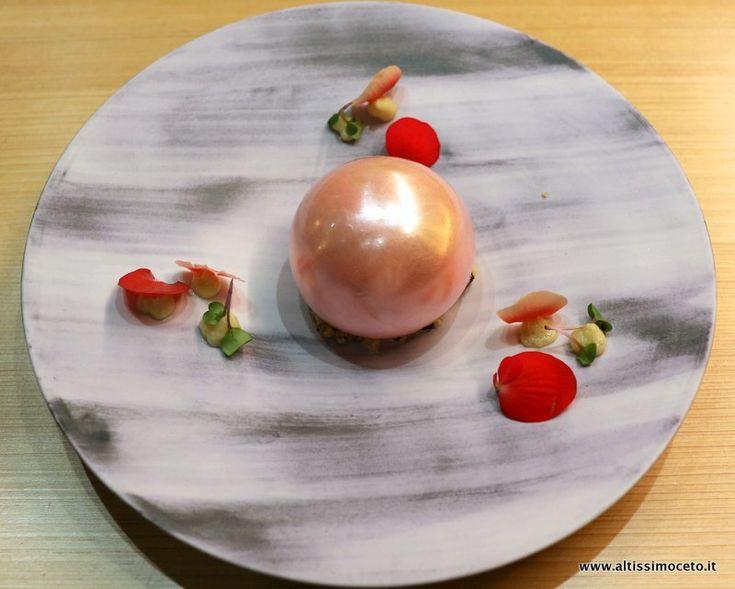 La sfera ripiena di spuma al Kurozu Vermont, gelato al tè Sakura e ciliegie al whisky Yamazaki 18 by Chef Nobuya Niimori, SUSHI B Milano #ViaggiatoreGourmet #AltissimoCeto
