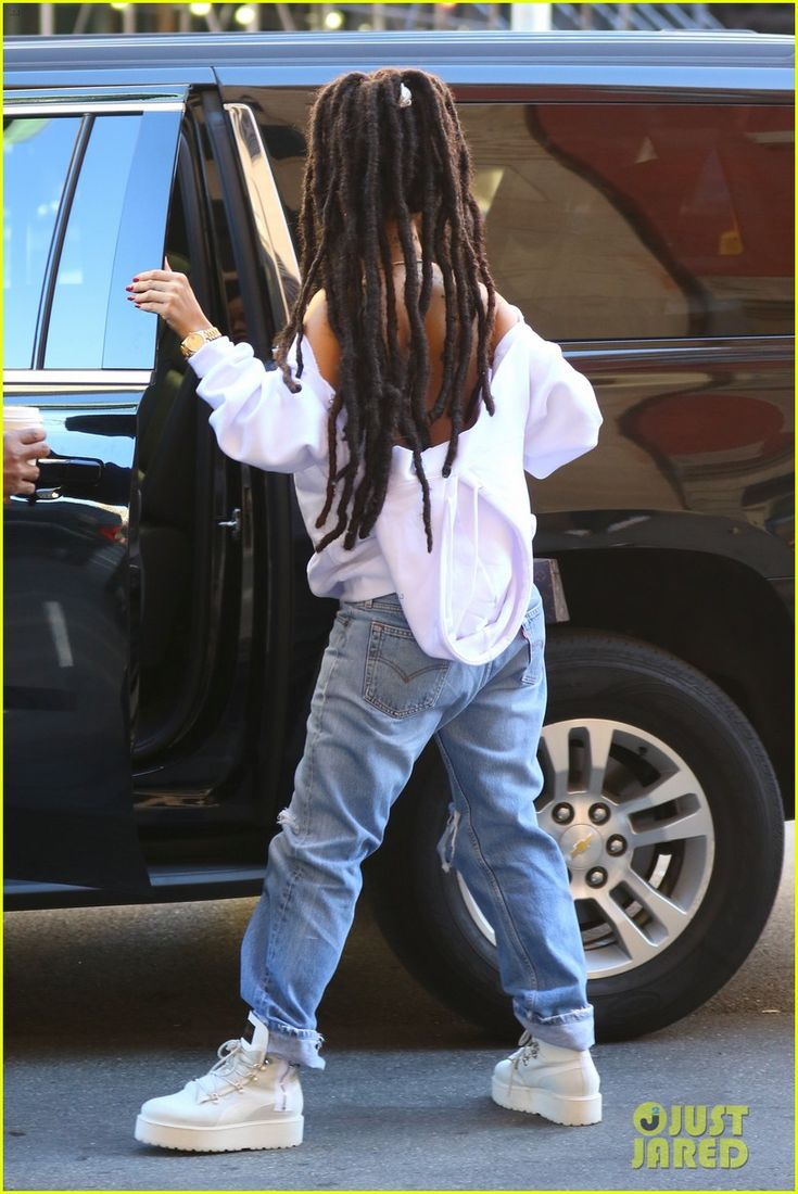 Rihanna Continues Rocking Her New Dreadlocks!