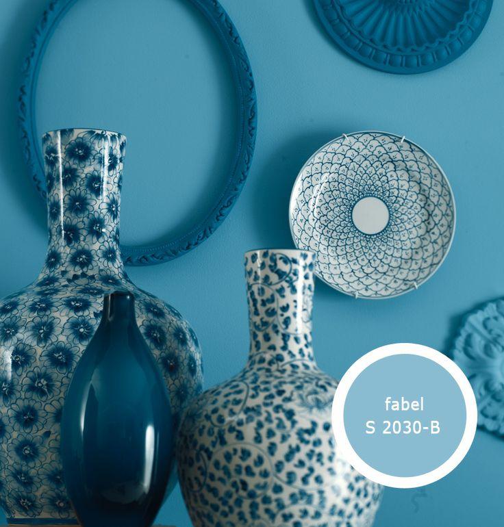Decoreer je wand met mooie bordjes en zelf geverfde bordjes in diverse tonen blauw bijvoorbeeld.