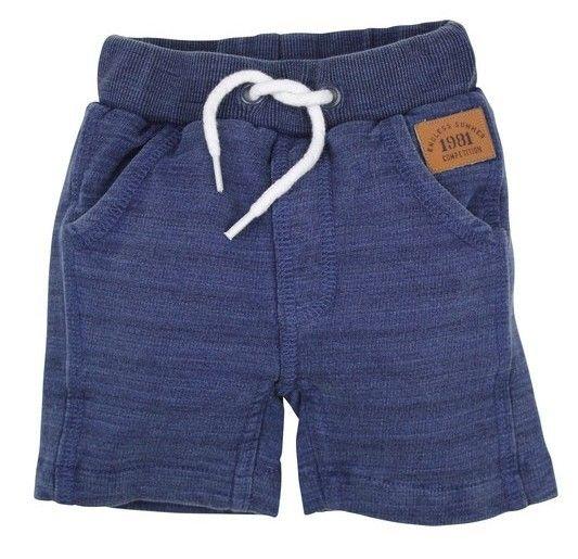 Dit is een blauwe jongens short van het kinderkleding merk Dirkje. Dit is een eenvoudige effen short zonder sluiting met een wit koordje als versiering. Deze short heeft 2 zijdelingse steek zakken.