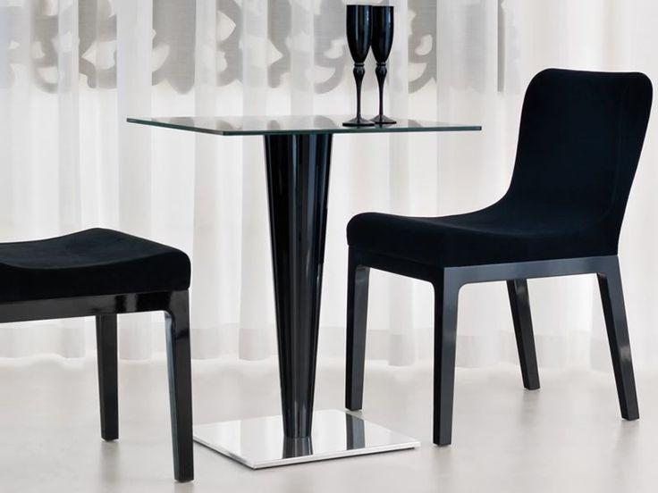 Tavolo bar Krystal, dal design moderno, dalle linee originali e accattivanti. Tavolo bar con basamento e colonna in metacrilato stampato. Tavolo indoor.