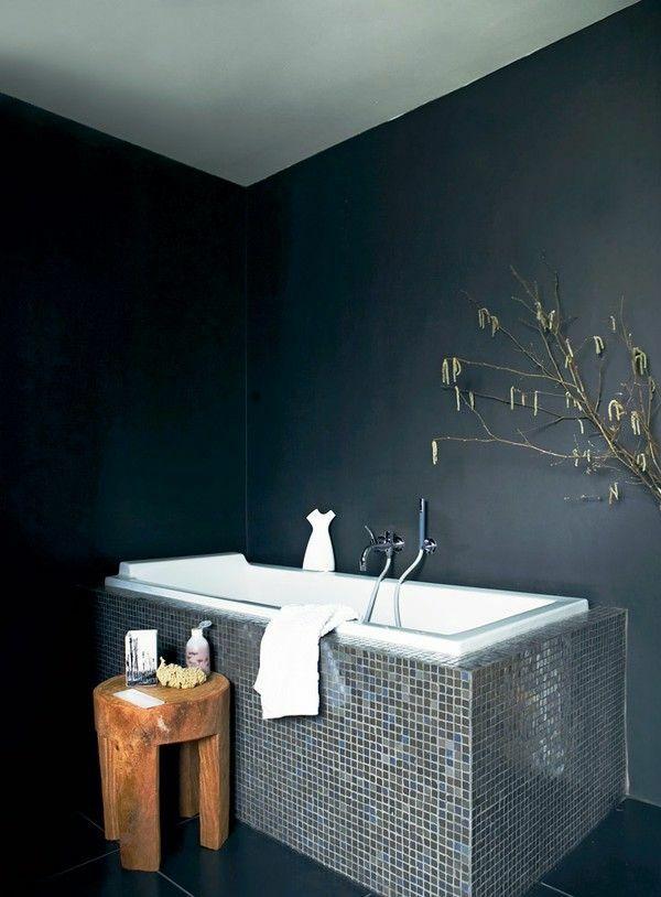 Holzhocker im Badezimmer Badewanne Mosaik Fliesen dunkle Anthrazit Farbe                                                                                                                                                                                 Mehr
