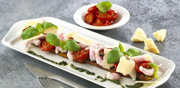 Kutter-Rejer med grillede tomatbrød og basilikum