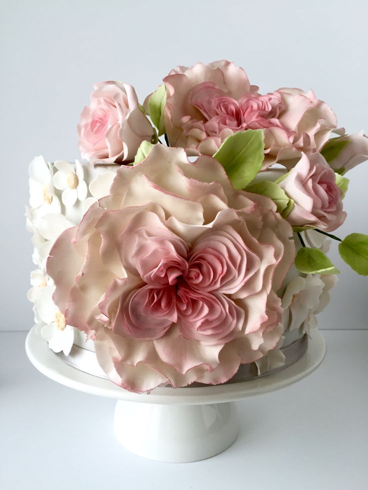 Cake decorated with sugarflower roses