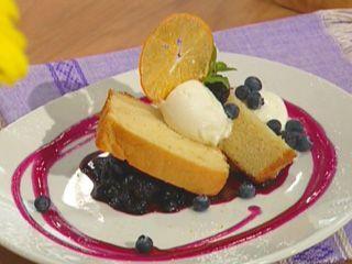 Panque de nata de la hacienda con compota de mora azul y helado de yogur