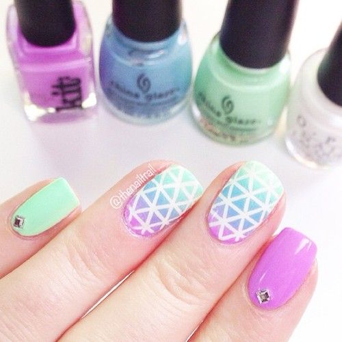 Another shot of the #geometric ombré nails from the other day sorry I haven't…