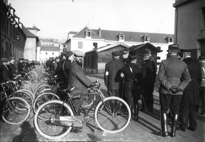 Le 5 (i.e. 4) novembre 1914, le général Galliéni (gouverneur militaire de Paris) passant en revue les sociétés de préparation militaire (à l'Ecole militaire de Paris, ici un bataillon cycliste). Photographie de presse / Agence Rol