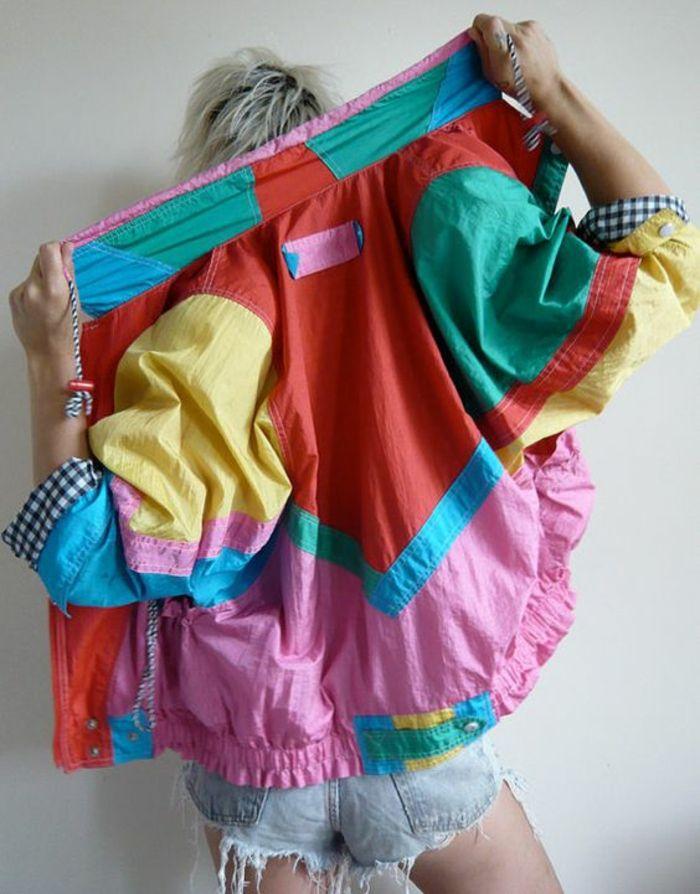 mode année 80 blouson dans toutes les couleurs effet patchwork avec des shorts déchirés en denim bleu clair