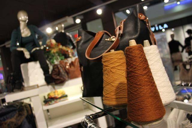 Close up binnen de winkel! #fashion #schoenen #jeans #dresspoint #etalage #leer #suede #schoen #boots #fashionforwomen #fashionista #heerhugowaard #fall #herfst #mode #modewinkel #collectie #kleding #shoppen #onlineshoppen #shop #online #broek #leuk #leukste #mooie #mooi #winterkleding #herfstkleding #hoed #blouse #tas #tassen #tasje #blousje #sjaal #wol #geel #vest #trui #broeken #pantalon