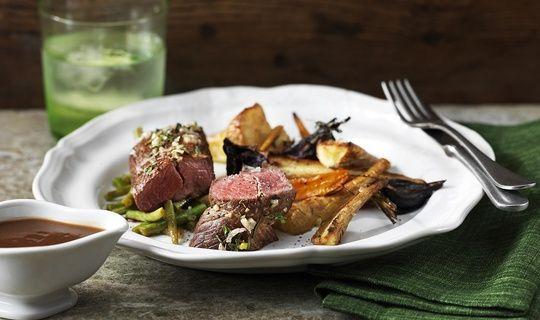 Lammfilé är något av det absolut möraste kött du kan smaka. Filéerna är tunna och smala, inte att förväxla med ytterfilén, som egentligen är putsad kotlettrad av lamm. För att filén inte ska bli torr under tillagningen passar det bra att binda upp dem två och två innan man steker.