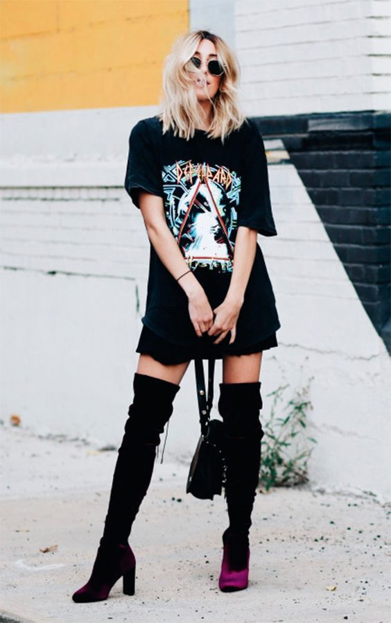 T-shirt de banda oversized, saia preta, bota over the knee de veludo, Looks para o Lollapalooza, sexy fashion