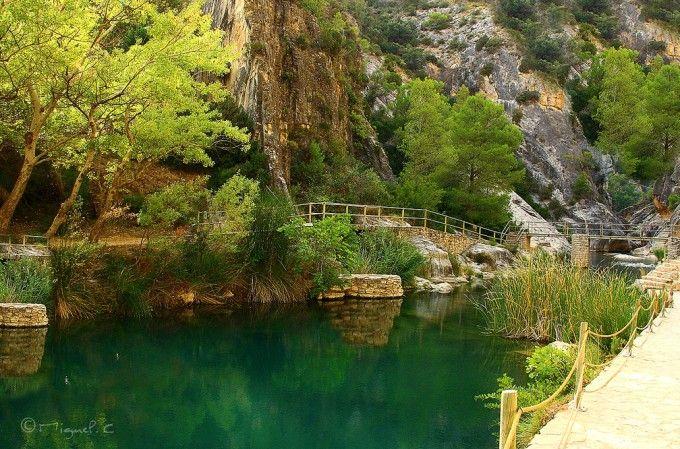 Fontcalda La Fontcalda es un balneario de agua minero-medicinal al aire libre. Sus aguas surgen a 28 grados y llevan cloruro y carbonato cálcico, sulfato de magnesio y cloruro sódico. Un baño ideal para disfrutar en familia o con amigos en un entorno natural incomparable.  El balneario se encuentra en Gandesa (Terres de l'Ebre, Tarragona), entre las sierras de la Mola y el Crestall, junto a un santuario del s. XIV donde en verano aún se celebran misas.