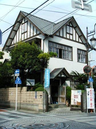 日本のナショナル・トラスト第一号といわれる鎌倉風致保存会。 その事務所として使われている建物が旧安保小児科医院です。  ボランティアスタッフさんにご案内をいただきながら、 早速見学させていただきました。  御成商店街の中ほどにあるこちら、 三方に設けられた切妻屋根と ハーフティ...