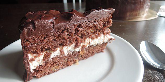 Fugtig chokoladekage med cremet mascarpone og en overdådig chokoladecreme, der dækker hele kagen.
