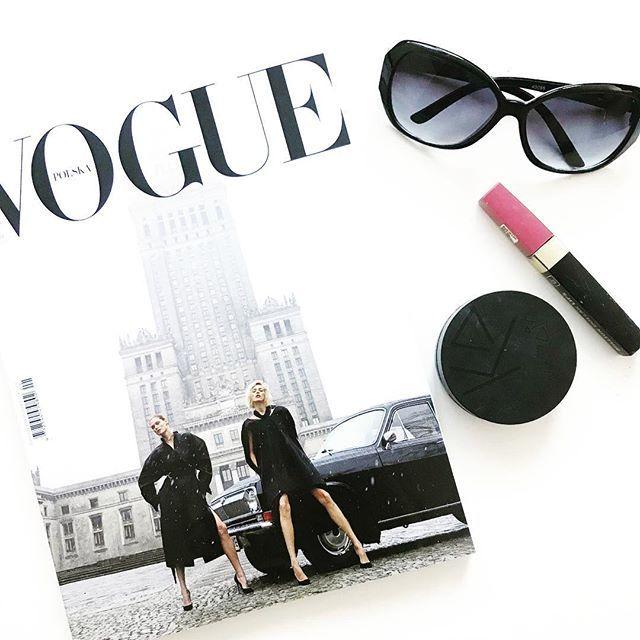 🗞🗞🗞  Okładka tego wydania wywołała mnóstwo kontrowersji. Mi osobiście się podoba, jest wyróżniająca się i nietypowa - właśnie taka powinna być pierwsza okładka polskiego Vogue'a. 🗞🗞🗞  #voguemagazine #voguepolska #fashionandstyle