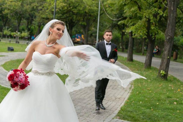 Mireasa noastra Alina, a ales sa poarte o rochie in stil printesa din tul, accesorizata cu o centura in dreptul taliei. www.evrikabrides.ro