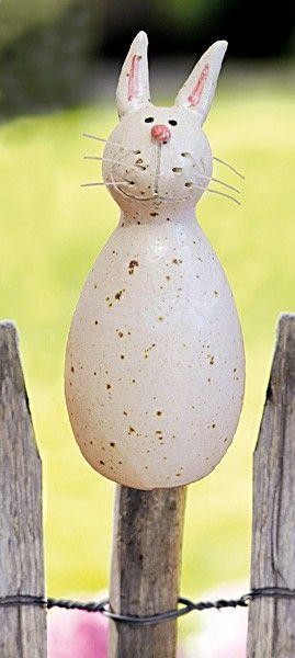 Der Pfostenhocker Häsin wird für Keimzeit exklusiv von unserer Künstlerin mit viel Liebe zum Detail von Hand getöpfert.