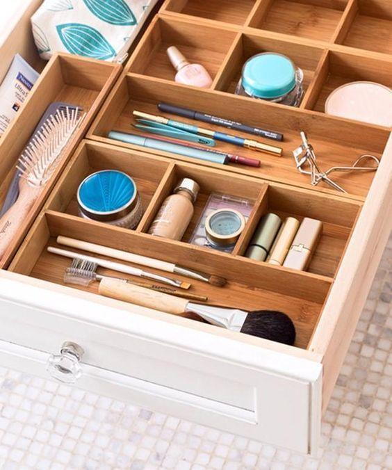 Organiseur de tiroir pour ranger le maquillage facilement  http://www.homelisty.com/organisation-rangement-tiroirs/