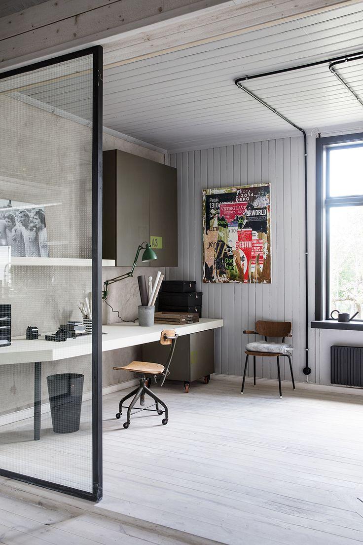 Tony och Åsa Löfling lät bygga om sin guldsmedsbutik till bostad. Arkitekten Johan Israelson skapade en varm och inbjudande inredning av betong, stål och lutat trä.