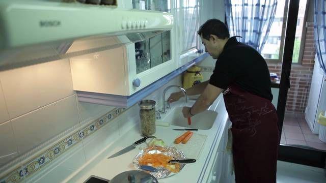 AMOS DE CASA Hombres en el hogar. No se trata de colaborar en las tareas domésticas sino convertirse en amos de casa. Un fenómeno novedoso y que cuenta con una dinámica creciente. Un tema de debate ideal para llevar a clase.
