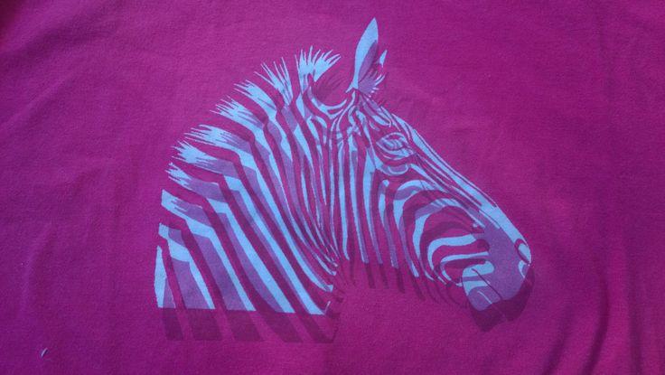 T-paita. Seulalla värinpoisto ja sitten painaminen vähän poistetun kohdan viereen.