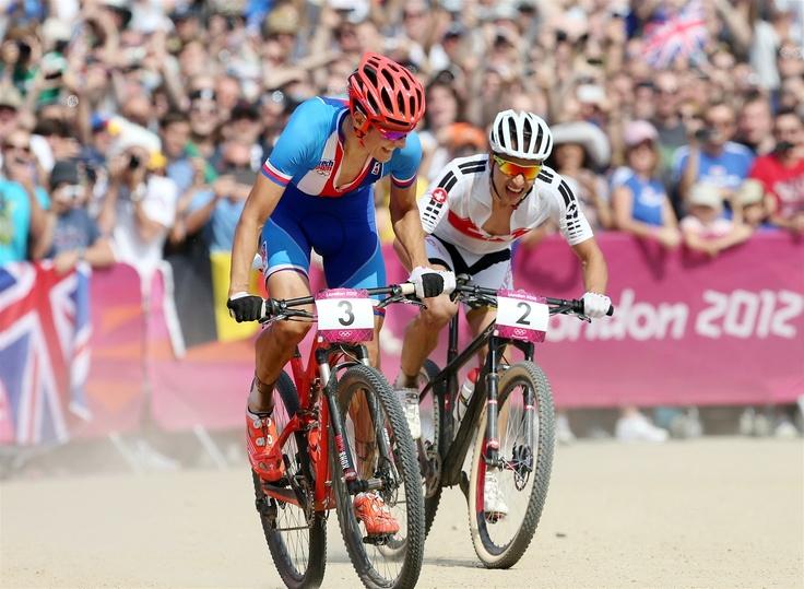 A POJĎ! Český biker Jaroslav Kulhavý v závěrečném spurtu předstihl konkurenta Nina Schurtera ze Švýcarska a dojel si pro olympijské zlato.
