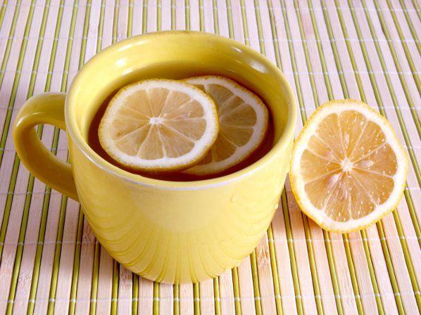 """""""Infusión de limón. Una infusión caliente de limón, con jugo y cáscaras, contribuye a combatir los síntomas del resfriado, pues el limón no sólo aporta vitamina C, sino que tiene propiedades antibacteriales, antivirales y antiinflamatorias. Haz tu infusión más efectiva y deliciosa agregando un poco de miel."""""""