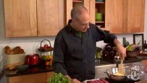 Mark Bittman ensina a preparar uma massa tradicional no multiprocessador e também dá dicas de como abri-la e cortá-la. Bittman prepara um pesto com manjericão, alho, parmesão, azeite e pinholi para acompanhar. Para ler a receita em inglês, clique aqui. Visite UOL Receitas e Restaurantes e veja aqui outros vídeo do Minimalista.