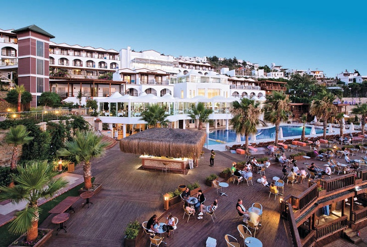 Het 4-sterrenhotel Delta Beach Resort is een rustig gelegen hotel waar u kunt genieten van prachtige zonsongergangen. Voor de sportieve vakantieganger zijn er genoeg faciliteiten waaronder tafeltennis, canoën, waterpolo en beachvolleybal. Tevens is er een Turks bad, sauna en de mogelijkheid voor massage. Het centrum van Yalikavak ligt op ca. 5 km en Bodrum op ca. 17 km. Er is tegen betaling een shuttleservice aanwezig die zowel naar Yalikavak als Bodrum gaat.  Officiële categorie *****