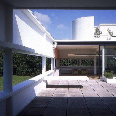 De la terrasse du premier étage, une rampe extérieure conduit à la toiture-terrasse et au solarium, où un mur courbe forme un pare-vent. La tourelle contient l'escalier intérieur qui permet aussi de desservir tous les niveaux.