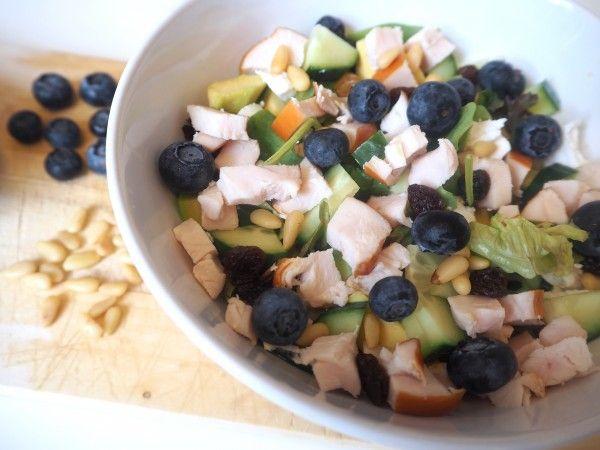 Deze frisse zomersalade met kip is licht en fris van smaak. Heerlijk als lunch of als je zin hebt in een licht diner op een warme zomeravond.
