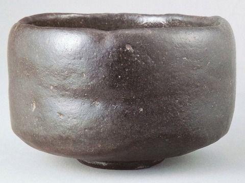 「俊寛」 三井記念美術館蔵 初代 長次郎(1516-1592)作 黒楽茶碗 銘「俊寛」(高7.9cm/口径11.3cm/高台径4.8cm、三井記念美術館、重要文化財)。天正年間に千利休の好みを受けて「宗易形」といわれる茶碗を創出した楽焼きの創始者長次郎の作品は茶碗を中心に手捏により内窯焼成により製作された。長次郎の楽茶碗には赤楽・黒楽の二種があり、ともに半筒型を基本とするが、楽焼黒茶碗〈大黒〉(重要文化財)、楽焼黒茶碗〈東陽坊〉(重要文化財)、赤楽茶碗〈無一物〉(重要文化財頴川美術館蔵)に代表される、ふっくらと丸い腰から口縁に向かってまっすぐ立ち上がり口縁が内にわずかにすぼまる作と、本作品のように腰の張った相対に作為の強い作があり、後者の代表作として本碗はつとに名高いものである。柔らかみのある端正な姿に黒釉がよく調和し、落ち着いた佇まいを示す長次郎の黒楽茶碗の優作。
