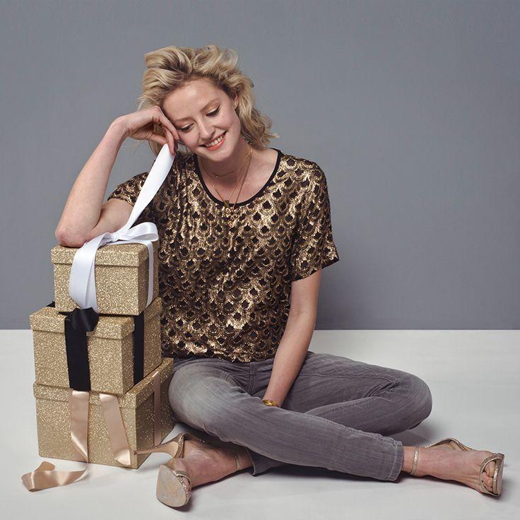 Goud en glitter is heel makkelijk te combineren met alle kleuren denim. Zo maak je van je dagelijkse outfit zelfs 'n feest. #denim #partylook #party #outfit #dames #feestkleding #goud #glitter #pumps #jeans