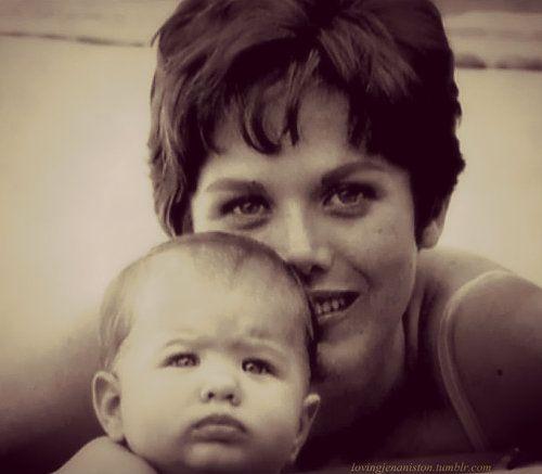 #Baby | Jennifer Aniston de peque con su mamá, Nancy www.beewatcher.es