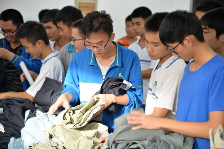Qinzhou high school students receive new clothes.