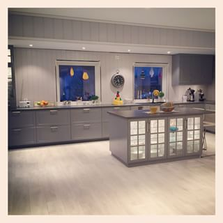 Bodbyn grått kjøkken, lyst gulv, mørk benkeplate  Kjøkken ...