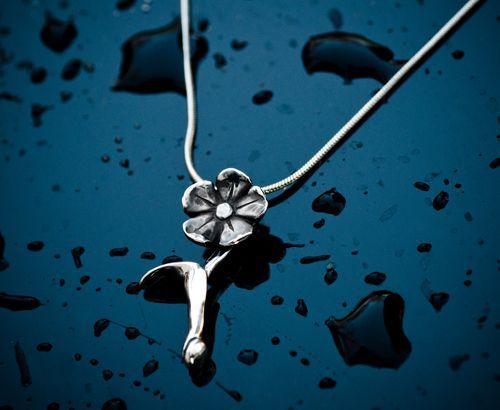 Ezüst virágos medál. Szilas Judit, ötvös. Egyedi ékszerkészítés. Mail.: szilasjudit@gmail.com , www.szilasjudit.hu