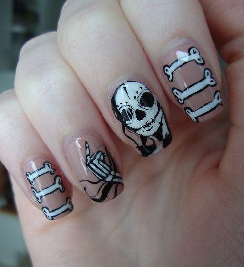 Diseño de uñas para halloween de calavera y huesos