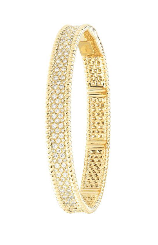 """Le bracelet """"Perlée"""" de Van Cleef & Arpels http://www.vogue.fr/joaillerie/le-bijou-du-jour/diaporama/le-bracelet-perlee-en-or-jaune-de-van-cleef-arpels/14907"""