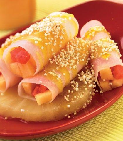 TACOS FRUTALES 1 jícama grande 1 1/2 tazas de melón cortado en cubitos 1 taza de sandía cortada en cubitos 4 rebanadas de piña 4 cucharadas de miel de abeja 1 cucharada de jugo de limón 1/2 cucharadita de ralladura de cáscara de limón 2 cucharadas de semillas de amaranto Preparación 1. En un recipiente combina la miel con el jugo de limón y la ralladura para integrarlos; reserva. 2. Pela la jícama, córtala a la mitad y saca rebanadas muy delgadas con una mandolina; reparte l