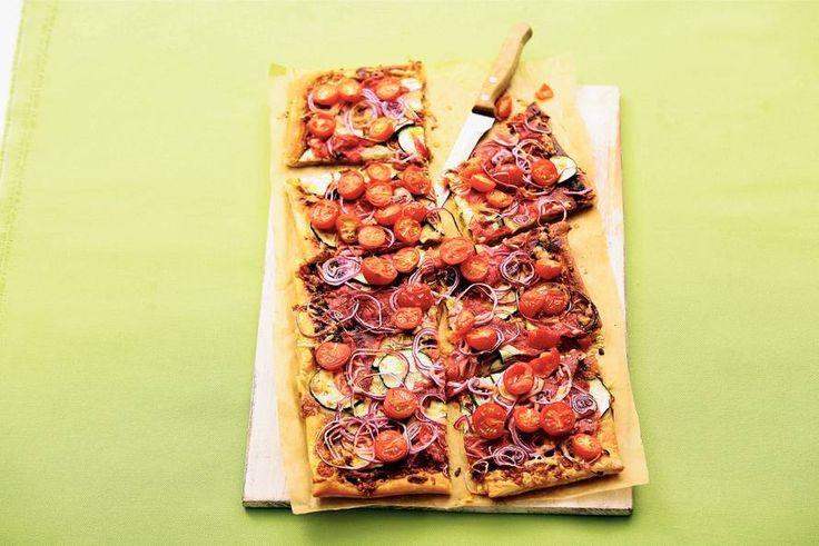 23 september - Cherrytomaten in de bonus - Kaas, salami, courgette, tomaat, ui... En pesto natuurlijk. Een plaattaart voor het hele gezin! Recept - Allerhande