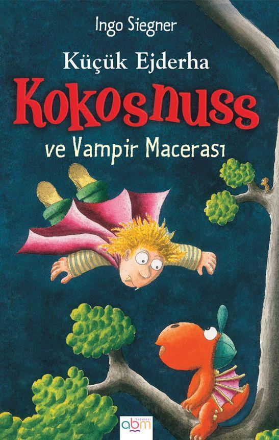 Küçük ejderha Kokosnuss ve arkadaşı Matilda gözlerine inanamıyorlardı. Küçük bir vampir ejderha adasının üstünde tehlikeli uçuş manevraları yapıyor ve onların korkup ürkmesine sebep oluyordu. Acaba vampirin amacı neydi?
