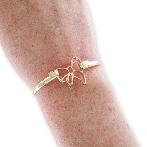 Bracelet en laiton recouvert d'une galvanisation doré.  Il peut être fermé, en faisant un noeud avec un ruban, en plaçant un intercalaire entre les deux crochets comme montré ci-dessous (l'intercalaire noeud 19x18 mm (INT-554) a été utilisé pour réaliser ce modèle).