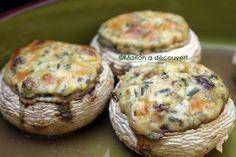 Les champignons farcis: en apéro, en entrée ou en plat, 1 Saint Moret 3 c.s de persil ciselé 3 c.s de ciboulette 3 c.s de crème fraiche épaisse 1 gousse d'ail émincée 1 pointe de curry Sel, poivre 12 gros champignons de Paris