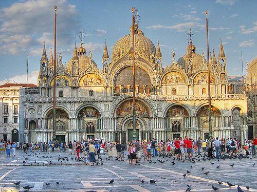 La Basílica de San Marcos es el edificio religioso más importante de Venecia, centro de la vida pública y principal monumento de la ciudad. Este bello templo se sitúa en la Plaza de San Marcos, en el mismo centro de la ciudad.