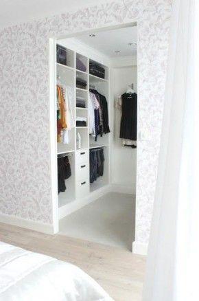 Inloopdressing grote slaapkamer. Behangpapier wegdenken :)