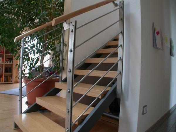 Treppe aus lackiertem Stahl und Multiplexstufen, Treppengeländer aus Edelstahl