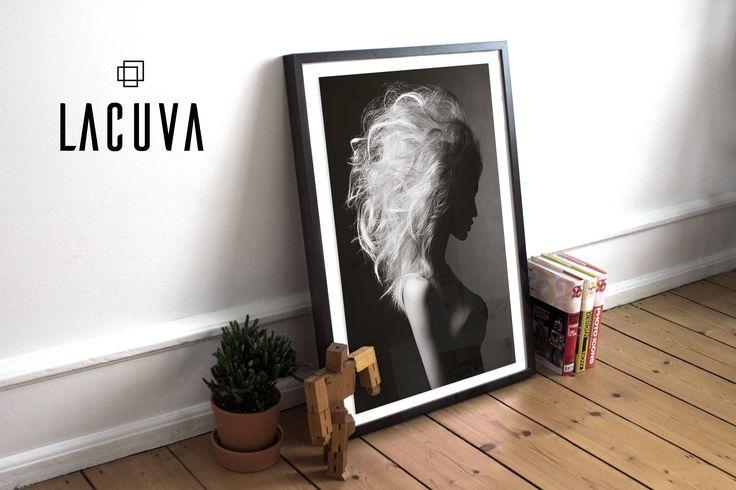 Fotokunst plakat af anonym kvinde med strålende lyst hår i sort og hvid.