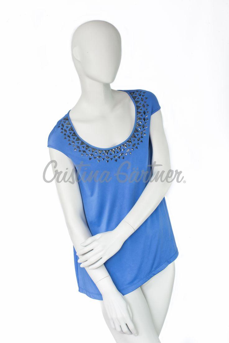 Blusa azul celeste en viscosa de algodón con apliques de taches/studs en el pecho. #EstiloGartner #CristinaGartner #Chic #Fashion #Outfit #DiseñoColombiano #T-shirt #Design #Blue #Style #Colombia