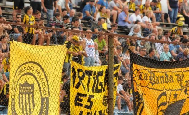 Cerro y Peñarol serán sancionados porque los hinchas no bajaron las banderas que colgaron en los teijidos y que dilataron 15' el inicio del juego; además, los parciales albicelestes mostraron una bandera de Peñarol.